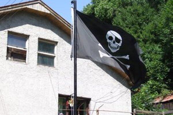 Pirátska vlajka. Bačovci ju nad svojím pozemkom a v okne vyvesili z recesie.