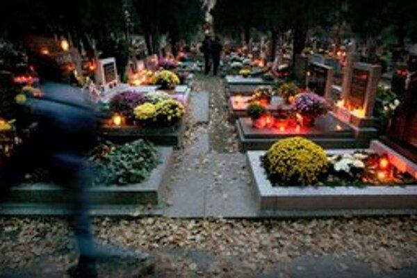 Cintoríny sa vysvietia.