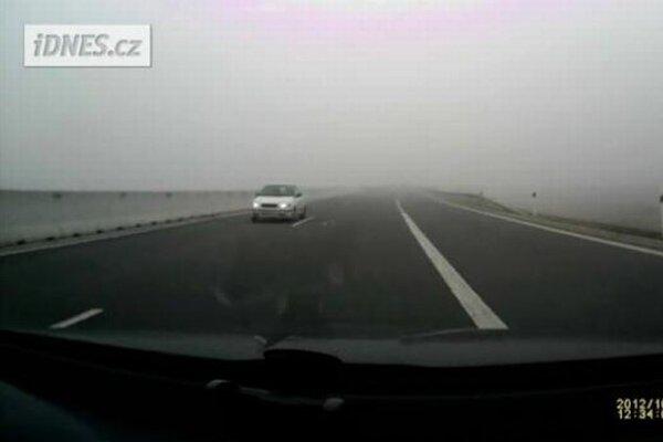 Auto v protismere na diaľnici v Česku.