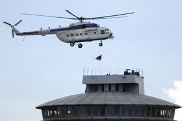 Vrtuľník zachraňuje návštevníkov rešťaurácie na pylóne Mosta SNP.