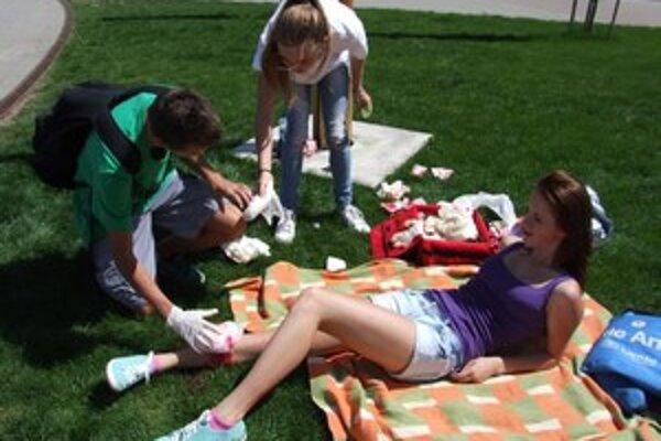 Ošetrenie otvorenej zlomeniny. Rana na nohe figurantky pôsobila autenticky.
