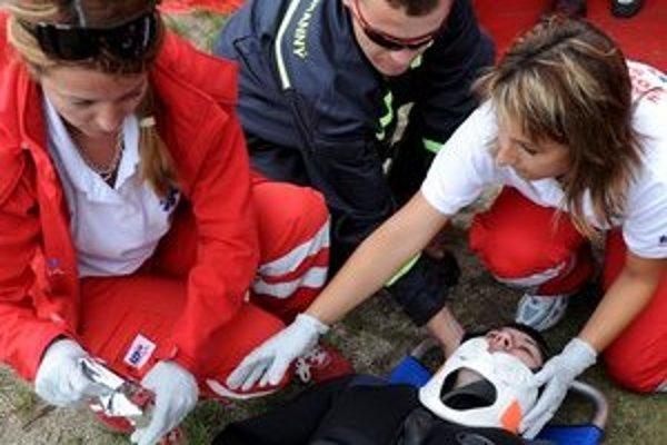 Privolať po nehode záchranku je dôležité, ale v prípade, keď ide o sekundy a minúty je telefonát na druhom mieste.