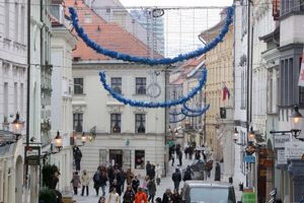 Po osadení stromčeka začali vešať ozdoby. Vianočné trhy sa začnú v piatok 23. novembra.