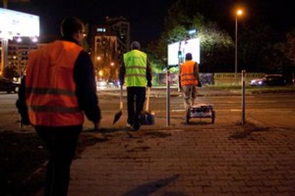 Dobrovoľníci po nociach opravujú cesty.