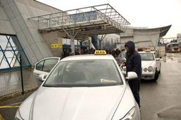 Taxíky pri letisku.