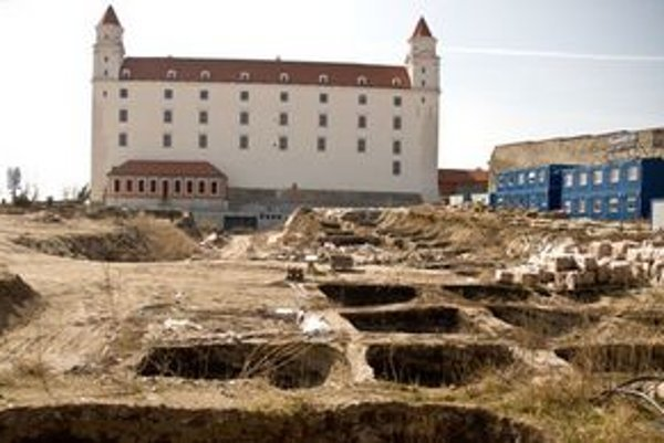 Okolie Bratislavského hradu je rozkopané aj pre archeologické práce. Turisti sa dostanú na nádvorie, brány Hradu sú však zamknuté.