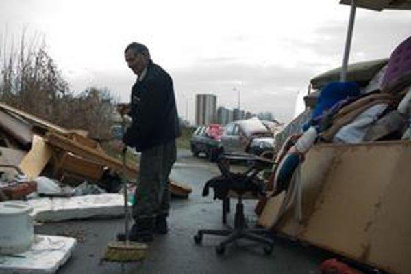 Bezdomovci musia upratovať, prikázali im mestskí policajti a sociálne pracovníčky.