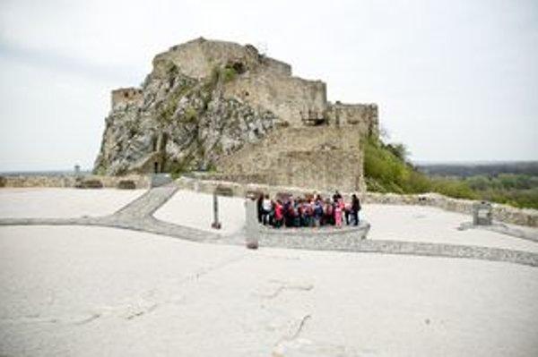 Horný hrad s najlepším výhľadom si výpravy môžu pozrieť len z odstupu. Najviac ľudí za posledné roky bolo na Devíne minulý rok v lete, keď tam mala koncert aj írska speváčka Sinéad O'Connor.