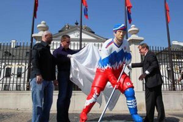Na Hodžovom námestí dnes slávnostne odhalili sochu reprezentujúcu Slovensko v hokejových majstrovstvách.