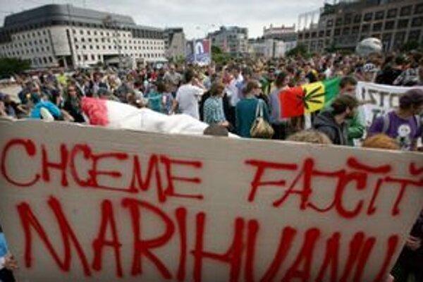 V Bratislave bolo viacero zhromaždení za dekriminalizáciu ľahkých drog.Vlani sa protestujúci zhromaždili pred prezidentským palácom.