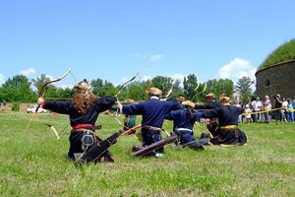 Skupina Fekete Solyóm predvedie streľbu z reflexných lukov, akými strieľali kočovníci - Avari, Skýti, Huni či Mongoli.