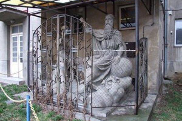 Originál súsošia Svätej Trojice v Novej Bani je umiestnený na nádvorí radnice.
