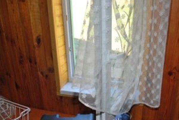 Do chaty sa dostali cez okno.