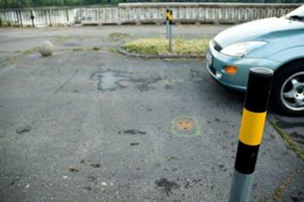 Stĺpiky brániace prejazdu áut po nábreží vypílili.