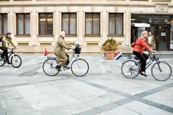 Aj politici jazdia do práce na bicykli. Na fotografii veľvyslankyne severských krajín pred bratislavským magistrátom.