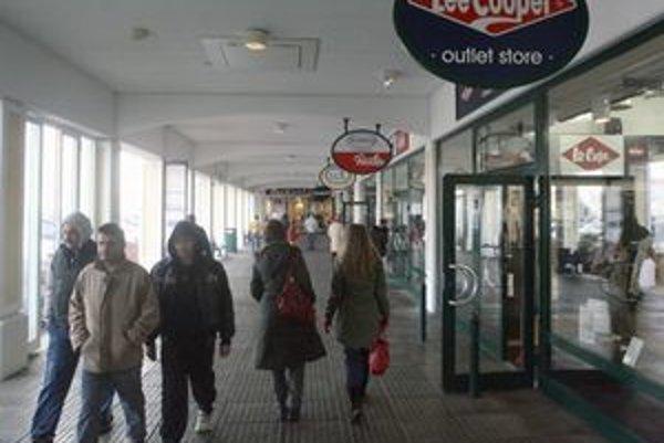 Slovákov do obchodného centra Parndorf, ktoré sa nachádza asi 30 kilometrov od Bratislavy, lákajú hlavne výpredaje