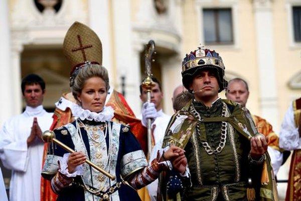Viacero korunovácií sa točilo okolo Ferdinanda III (stvárnil ho Filip Tůma). V katedrále sv. Martina korunovali jeho prvú manželku, potom syna, a nakoniec tretiu manželku. Tú momentálne predbehne Mária Terézia.