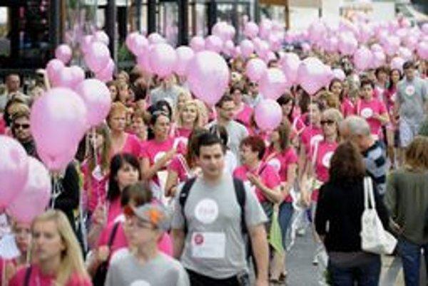 Na bratislavský pochod proti rakovine prsníka prišlo štyritisíc ľudí.