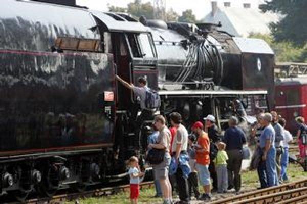 Dôkladne si obzrieť staré vlaky láka malých aj veľkých.