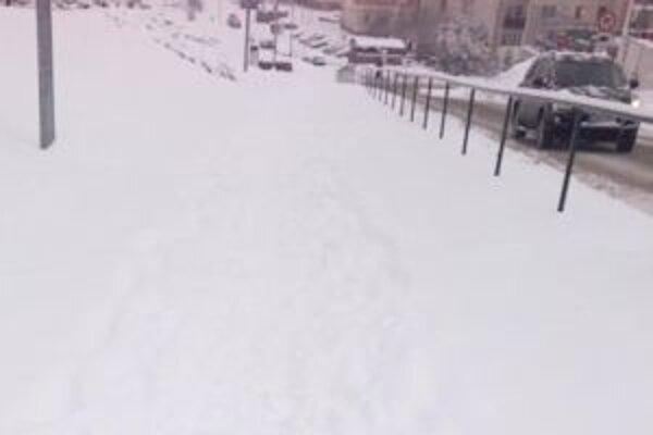 Na ešte na poludnie neodhrabané chodníky na sídlisko Pod Vŕšky sa na facebooku posťažovala jedna z čitateliek. Pridala aj fotografiu.