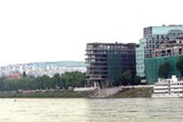 Budova Výskumného ústavu vodného hospodárstva je vľavo od komplexu River park.
