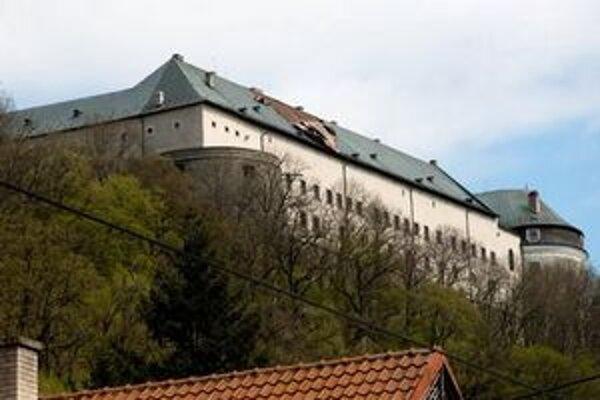 Zo strechy vietor strhol medenú krytinu, cez dieru v streche mohol dážď zničiť vzácne fresky.