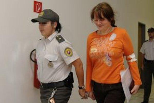 Údajná šéfka bytovej mafie Zuzana Znamenáková na pojednávania chodí odvtedy, čo ju zatkli na úteku v Rakúsku