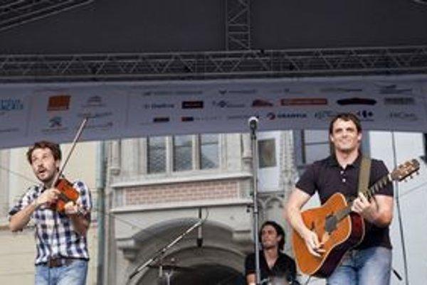 Francúzska pop-rocková kapela La Tête Ailleurs zabávala publikum zatiaľ čo sa mraky chystali na dážď