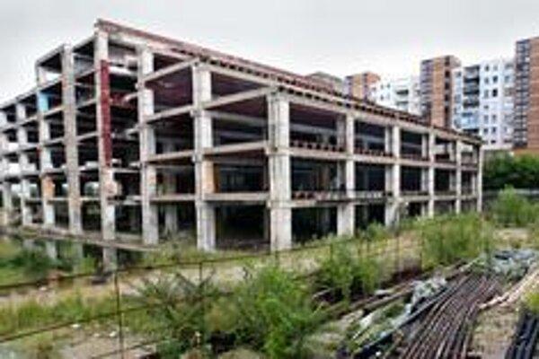 Bývalý obchodný dom Ružinov sa mal zmeniť na obrovské nákupno-zábavné centrum Yosaria Plaza. Investor už niekoľkokrát ohlasoval, že chce začať stavať.