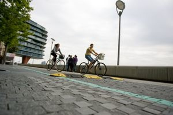 Cyklisti retardér obchádzajú po chodníku. Z desiatich počas fotenia po ňom nešiel ani jeden.