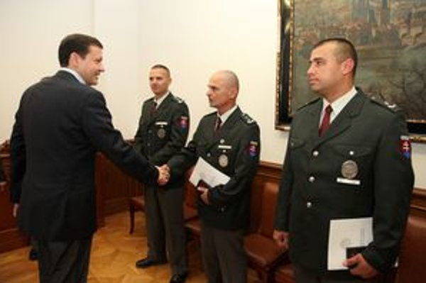 Traja bratislavskí policajti dnes dostali medaile za obetavosť.