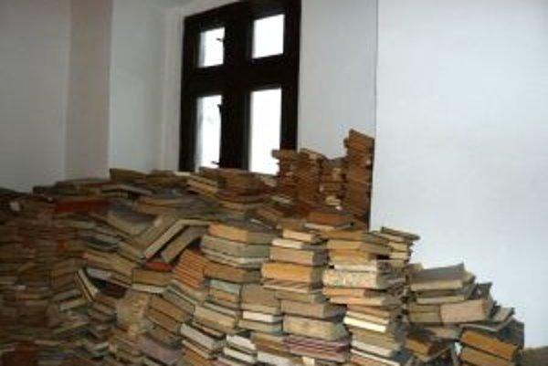 Mnohé z kníh ležia v takzvanom Bellovom dome v centre Kremnice na hromadách a policiach.