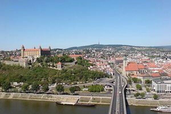Najlepšie zo stovky hodnotených samospráv zverejňuje zmluvy na internete Bratislavské Staré Mesto, Petržalka je tretia.