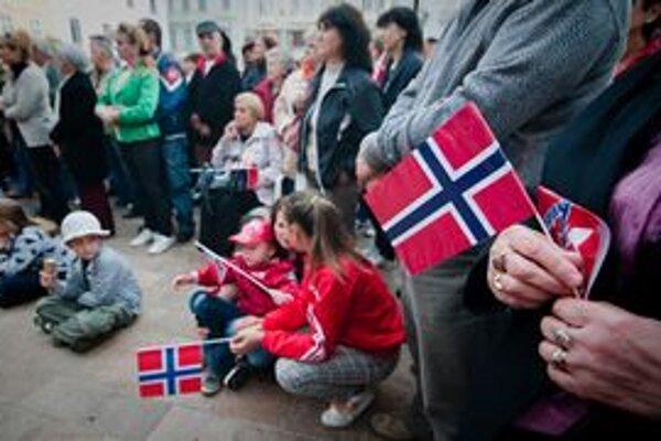 Bratislavčania dnes vyjadrili solidaritu s Nórskom,ktorého obyvatelia sa spamätávajú z masovej vraždy na ostrove Utoya a z výbuchu v centre hlavného mesta Oslo.