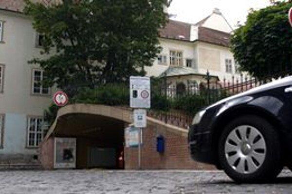 Za miesto, ktoré mesto prenajíma za 3,30 eura ročne, pýta firma 2,50 na hodinu
