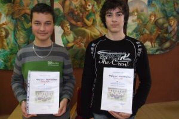 Matúš Sedliak a Andrej Nárožný. V celoslovenskom finále dejepisného projektu Poznaj svoju minulosť alebo Pátranie po predkoch získali výborné 3. a 6. miesto.