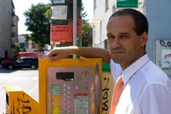Mestský poslanec, predseda dopravnej komisie a člen dozornej rady dopravného podniku Jozef Uhler z SDKÚ vraví, že dopravný podnik treba dostať na nulu.