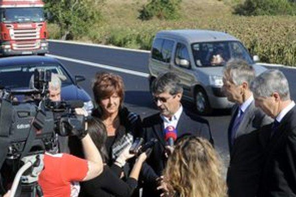 O rozšírení cesty hovorili na dnešnom brífingu podpredseda NR SR Béla Bugár (vpravo), starostka Podunajských Biskupíc Alžbeta Ožvaldová, primátor Bratislavy Milan Ftáčnik (3. sprava), ministera dopravy Ján Figeľa (2. sprava).
