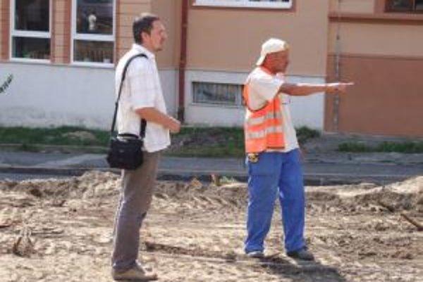 O navýšení prác v Novej Bani vedeli už na jeseň. Ján Kôpka (vľavo), ktorý obnovu námestia projektoval, verejne priznal svoju zodpovednosť.