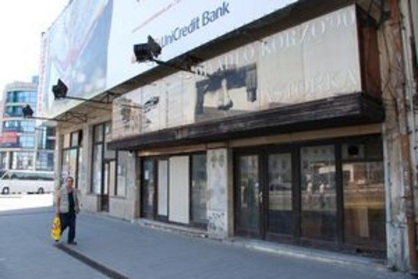 Divadlo Astorka opustilo priestory ešte v roku 2003. Budova v centre mesta odvtedy chátra.