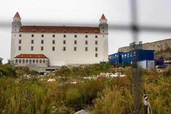 Okolie hradu je zarastené.