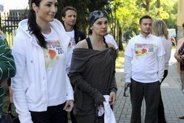 Lucia Hablovičová (vľavo) a Misha upratovali záhradu v Autistickom centre Andreas v Starom meste.
