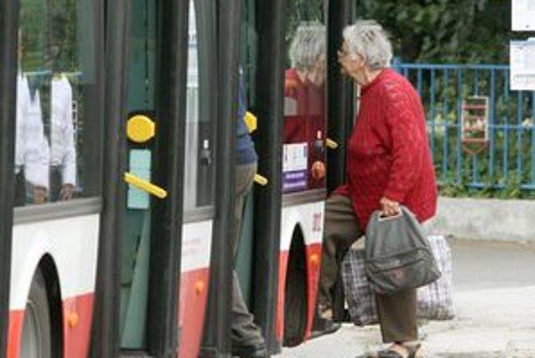 Dôchodcovia si budú môcť pri nákupoch pomôcť novou službou. Na Slovensku už takáto preprava funguje vo viacerých mestách.
