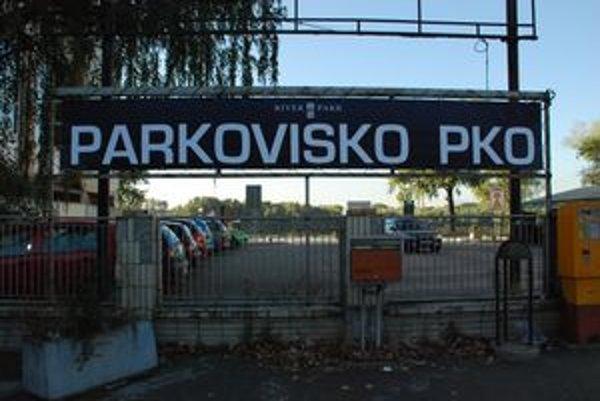 Pri PKO je verejné parkovisko.