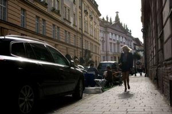 Bratislava nebola ani zďaleká stavaná na dnešný počet áut, ktoré potrebujú parkovať.