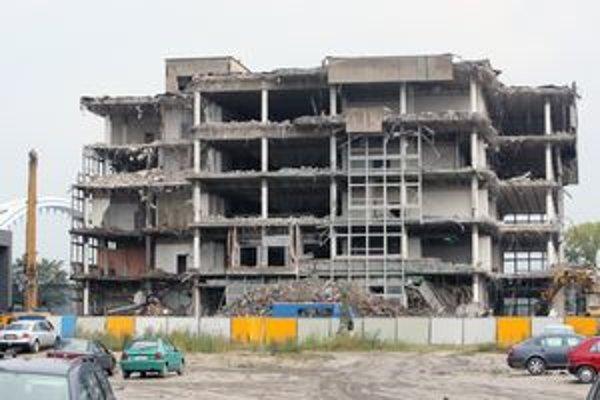Účelovú budovu TASR z roku 1987 zbúrali na jeseň 2008.