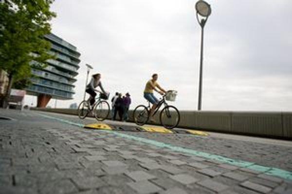 Cyklisti retardér obchádzali.