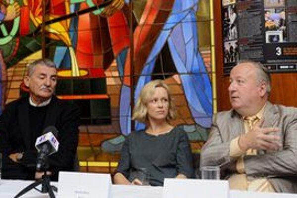 Mesto hľadá nástupcu doterajšieho šéfa BKIS Vladimíra Greža (na snímke vľavo s herečkou Michaelou Čobejovou a hercom Martinom Hubom, ktorí hosťujú v DPOH).