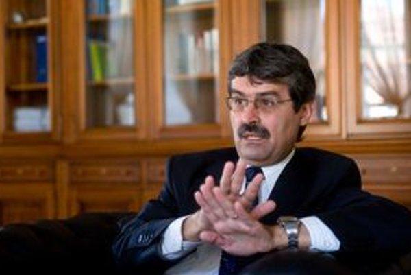 Milan Ftáčnik bol v roku 1989 členom Ústredného výboru Komunistickej strany Slovenska.Po revolúcii bol poslancom parlamentu za SDĽ a ministrom školstva. S podporou Smeru pôsobil ako starosta Petržalky, s rovnakou podporou sa stal aj prvým ľavicovým pr