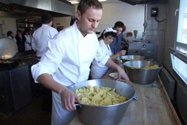 Šéfkuchár Marcel Ihnačák počas varenia v žiarskej školskej jedálni.